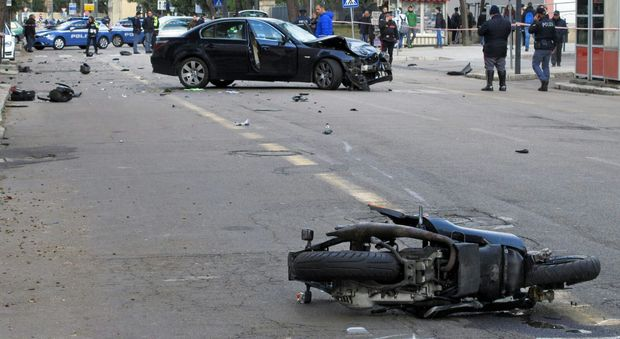 Incidente stradale in pieno centro a Lecce: ubriaco investe scooter