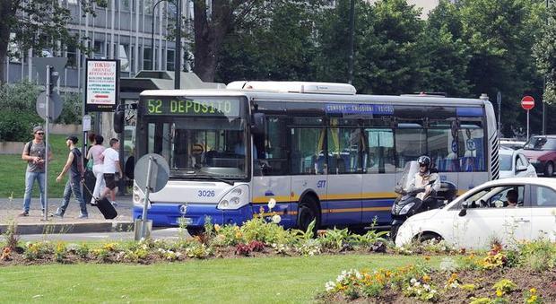 Torino, insulti razzisti a una 15enne sul bus: fermato un uomo