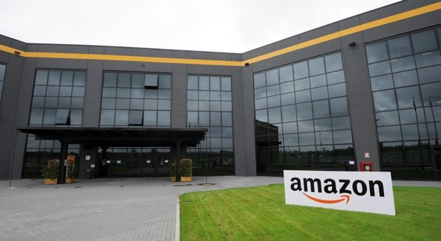 Lavoratori Amazon in sciopero nel Black Friday.