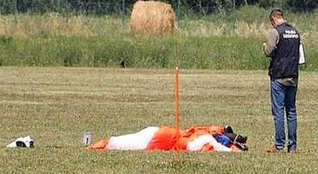 Vercelli, paracadutista si schianta al suolo e muore: errore di manovra