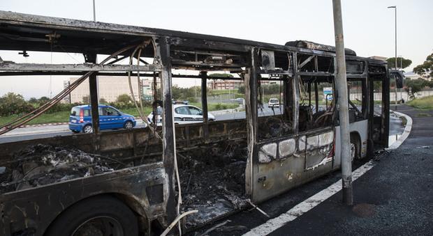 Roma, Atac apre indagine su autobus in fiamme. Passeggeri illesi